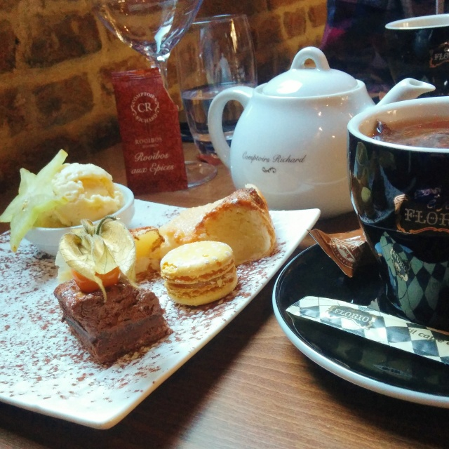 thé-gourmand-tarte-macaron-mignardises